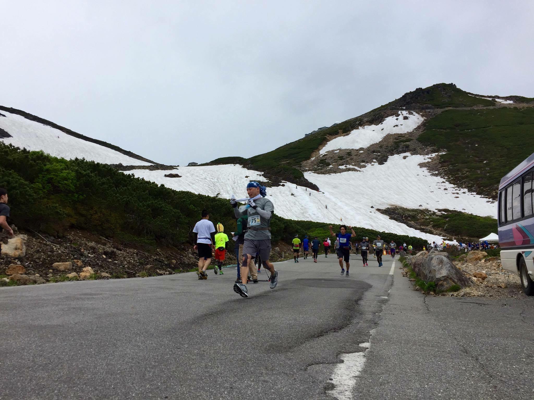乗鞍岳をバックに走る雄大な天空マラソン